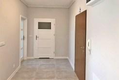 przedpokój oraz wejścia do poszczególnych pokoi w luksusowym apartamencie w Białymstoku do sprzedaży