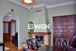 stylowy kominek w salonie ekskluzywnego apartamentu na sprzedaż w Bolesławcu