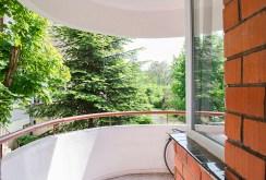 na zdjęciu taras z widokiem na zieleń przy ekskluzywnym apartamencie we Wrocławiu na sprzedaż