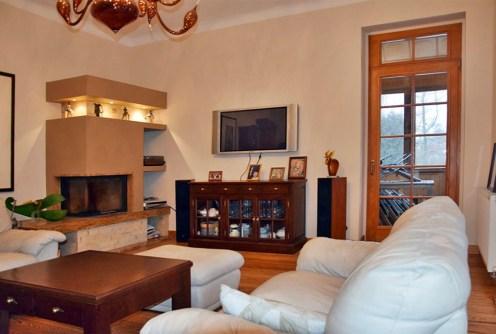 salon z kominkiem w ekskluzywnym apartamencie do wynajęcia w Bolesławcu