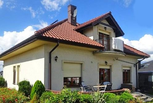 na zdjęciu front luksusowej willi na sprzedaż w okolicach Legnicy