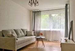 widok z innej perspektywy na komfortowy salon znajdujący się w luksusowym apartamencie do sprzedaży w Szczecinie