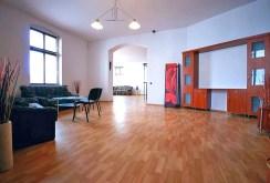zdjęcie prezentuje komfortowy salon w luksusowym apartamencie do wynajmu w Szczecinie
