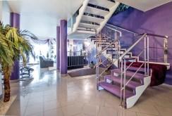 przedpokój oraz schody na górny poziom w ekskluzywnej willi do sprzedaży w Szczecinie