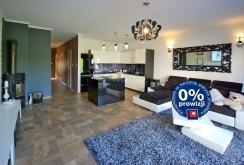 zdjęcie prezentuje komfortowy salon w luksusowej willi do sprzedaży w okolicach Legnicy