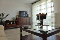 widok z innej perspektywy na ekskluzywny salon w luksusowym apartamencie na sprzedaż w okolicach Kwidzyna