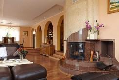 elegancki salon ze stylowym kominkiem w luksusowej willi do sprzedaży w Słupsku