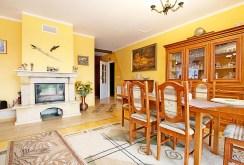komfortowy salon ze stylowym kominkiem w ekskluzywnej willi do sprzedaży w okolicach Szczecina