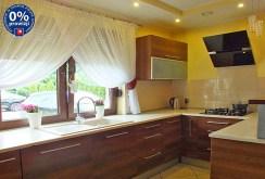 zdjęcie prezentuje stylową, komfortową kuchnię w luksusowej willi w okolicy Poznania do sprzedaży