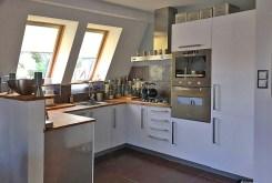 widok na komfortową kuchnię w luksusowym apartamencie nad morzem na sprzedaż