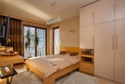elegancka sypialnia w luksusowym apartamencie do sprzedaży w Krakowie