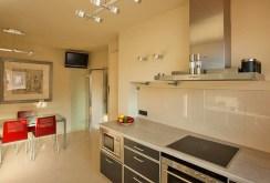 komfortowa, umeblowana kuchnia w ekskluzywnym apartamencie w Krakowie na sprzedaż