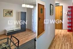 po lewej fragment salonu, po prawej fragment przedpokoju w ekskluzywnym apartamencie w Szczecinie na sprzedaż