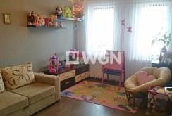 zdjęcie prezentuje jeden z komfortowych pokoi w luksusowym apartamencie w okolicy Katowic do sprzedaży