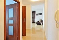 przedpokój oraz wejścia do poszczególnych pokoi w luksusowym apartamencie w Szczecinie na wynajem