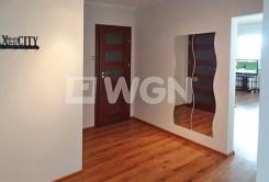 fragment przedpokoju z wejściami do luksusowych pokoi w ekskluzywnym apartamencie w Szczecinie na wynajem