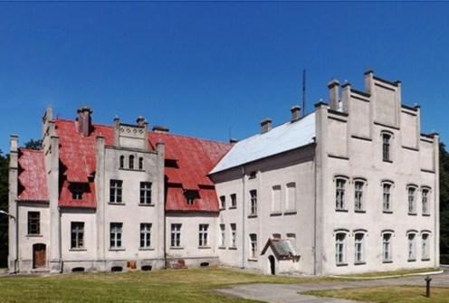 widok z tyłu na ekskluzywny pałac do sprzedaży w województwie pomorskim
