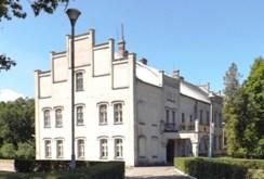 front, bok i reprezentacyjne wejście do ekskluzywnego pałacu do sprzedaży w województwie pomorskim