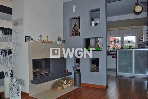 nowoczesny salon z kominkiem w ekskluzywnej willi do sprzedaży w okolicach Katowic