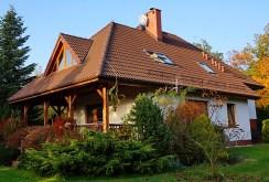 widok od strony ogrodu na luksusową willę w okolicy Wrocławia na sprzedaż