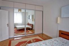 widok na elegancką sypialnię w luksusowym apartamencie w Krakowie na wynajem