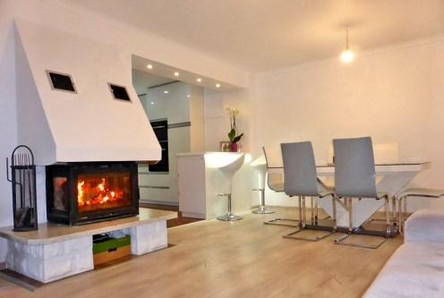 nowoczesny salon z kominkiem w ekskluzywnej willi do sprzedaży w Kwidzynie