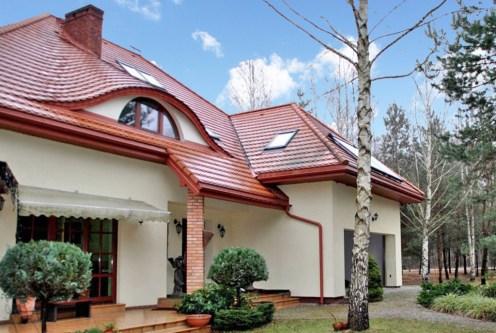 widok od strony ogrodu na luksusową willę do sprzedaży w okolicach Warszawy