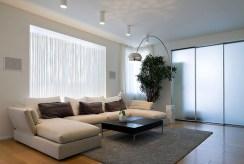 widok z innej perspektywy na luksusowy salon w ekskluzywnym apartamencie do sprzedaży w Kwidzynie