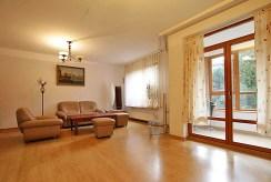 na zdjęciu fragment salonu i wyjście na taras w luksusowym apartamencie w Szczecinie na sprzedaż