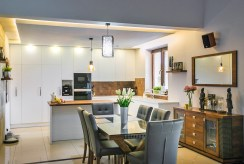 na zdjęciu kuchnia z jadalnią w luksusowej willi do sprzedaży na Mazurach