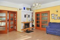 na zdjęciu salon z kominkiem w luksusowej willi do sprzedaży nad morzem