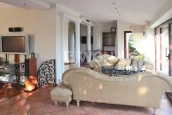 na zdjęciu komfortowy salon w luksusowej willi do sprzedaży w Szczecinie