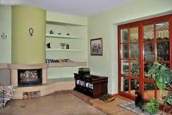 salon z kominkiem w ekskluzywnej willi do sprzedaży w okolicy Warszawy