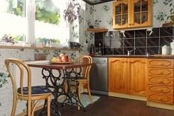 na zdjęciu jadalnia oraz kuchnia w luksusowej willi do wynajęcia w okolicach Szczecina