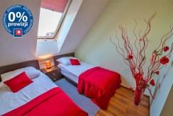 widok na elegancką sypialnię w luksusowym apartamencie na Mazurach na sprzedaż