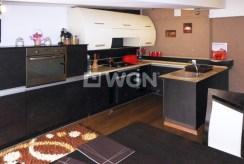 nowocześnie umeblowana kuchnia w luksusowym apartamencie do sprzedaży w Częstochowie