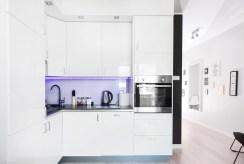 na zdjęciu nowoczesna, umeblowana i urządzona kuchnia w luksusowym apartamencie w Szczecinie na sprzedaż