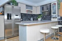 stylowo umeblowana kuchnia w luksusowym apartamencie w Szczecinie na sprzedaż