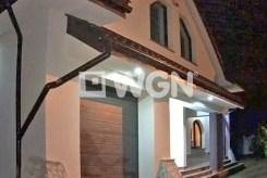 zdjęcie nicne przedstawiające reprezentacyjne wejście do luksusowej willi w okolicach Częstochowy na sprzedaż
