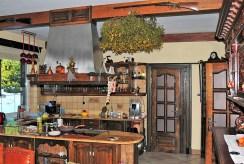 na zdjęciu kuchnia w luksusowej willi w okolicach Piotrkowa Trybunalskiego na sprzedaż