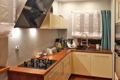 zdjęcie prezentuje umeblowaną kuchnię w luksusowej willi w Szczecinie na wynajem