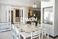 na zdjęciu komfortowa jadalnia w bieli znajdująca się w luksusowej willi do sprzedaży nad morzem