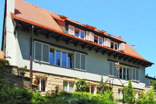 widok od strony ogrodu na ekskluzywną willę do sprzedaży w Dusznikach-Zdroju