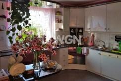 na zdjęciu umeblowana i urządzona kuchnia w luksusowej willi w okolicach Bielska-Białej na sprzedaż