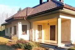 widok od strony działki na luksusową willę w okolicach Częstochowy na sprzedaż