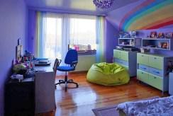 zdjęcie prezentuje pokój dziecięcy w luksusowej willi we Wrocławiu na sprzedaż