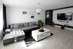 widok z innej perspektywy na luksusowy salon w ekskluzywnym apartamencie do sprzedaży w okolicach Legnicy