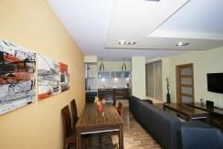 widok z innej perspektywy na jadalnię oraz salon w luksusowym apartamencie do wynajmu w Katowicach