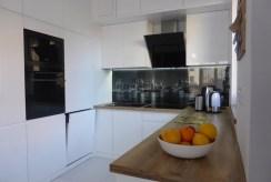 widok na nowocześnie umeblowaną i urządzoną kuchnię w ekskluzywnym apartamencie w Kwidzynie na wynajem