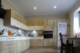 umeblowana i urządzona kuchnia w luksusowej willi na Mazurach na sprzedaż
